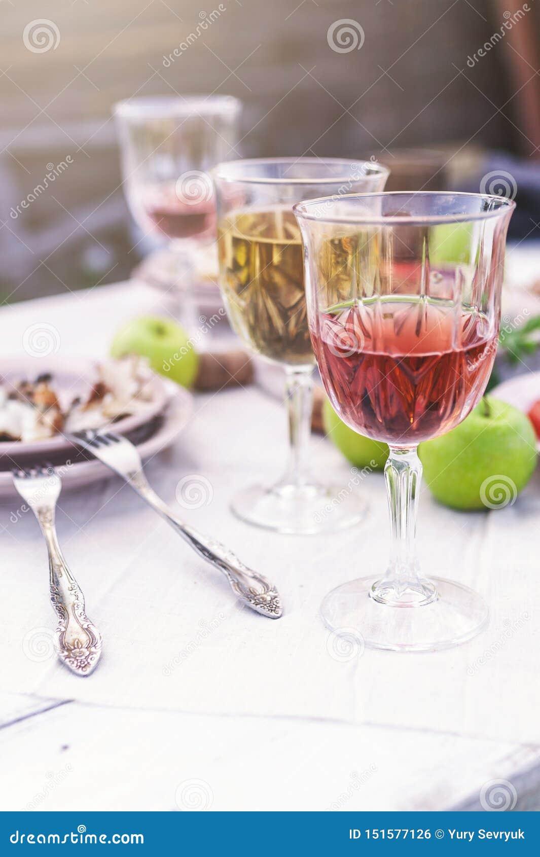 Verres de vin blanc et rosé, d éclisses grillées, de légumes, de salade et de fruits sur la table Partie d été dans l arrière-cou