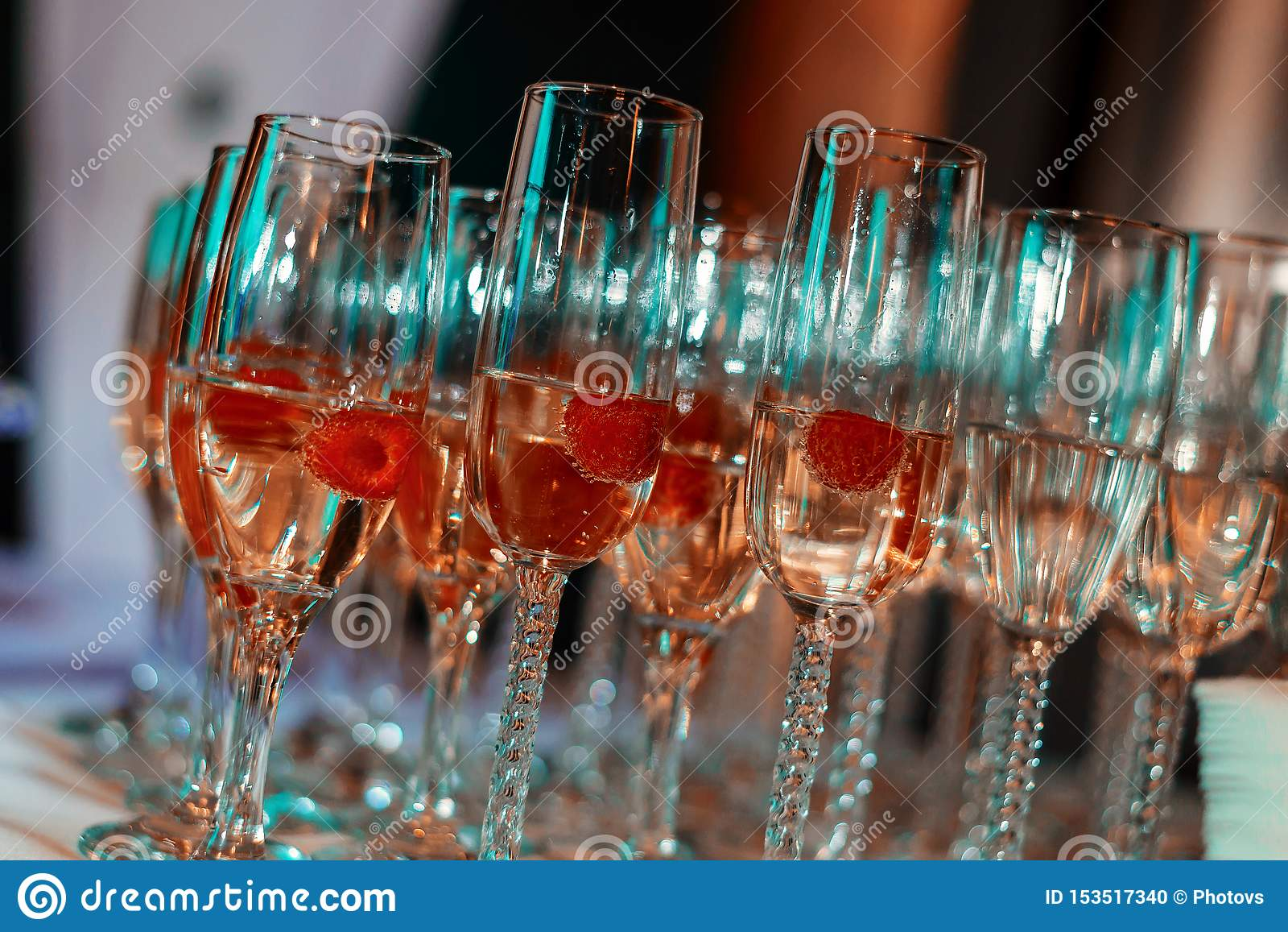 Faire Une Table En Verre verres de vin blanc sur la table, sort de verres photo stock