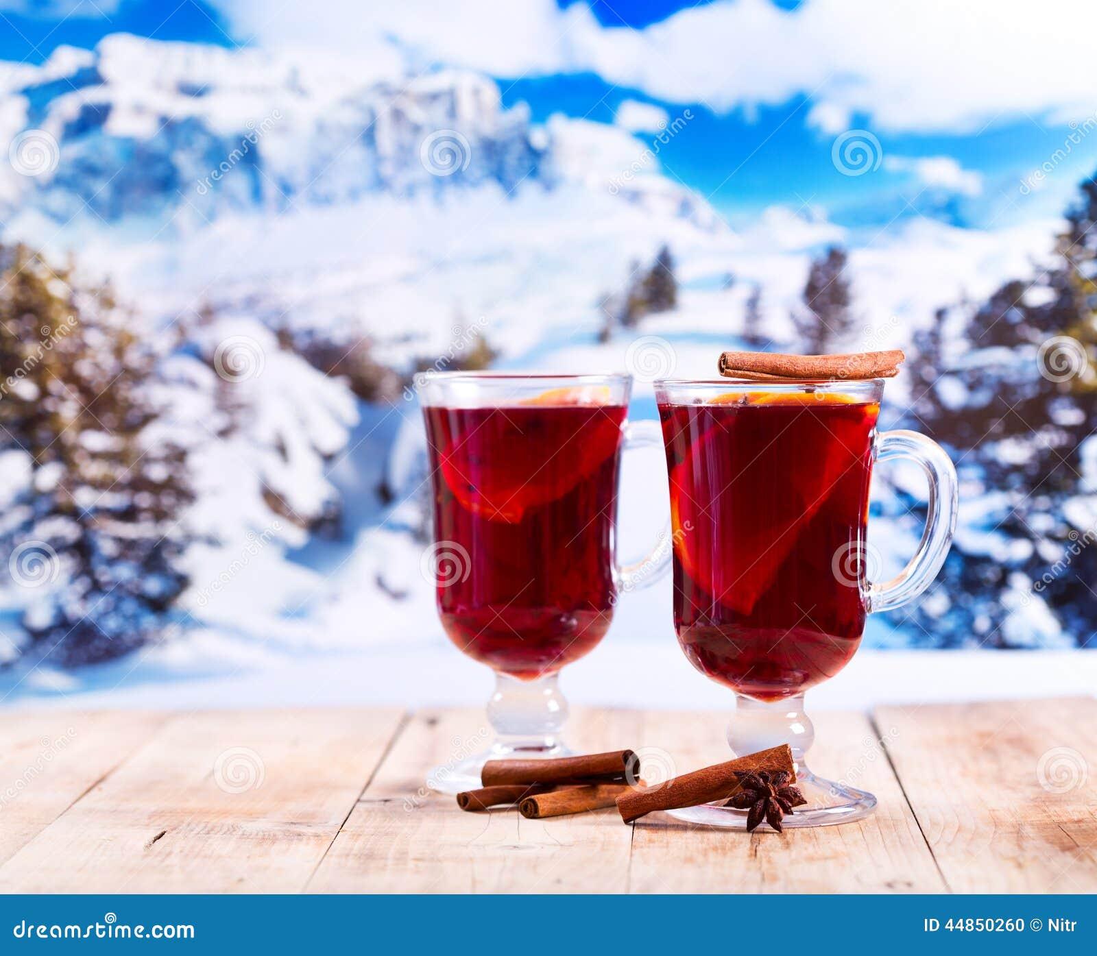 Verres de vin chaud au dessus de paysage d 39 hiver photo for Ordre des verres sur la table