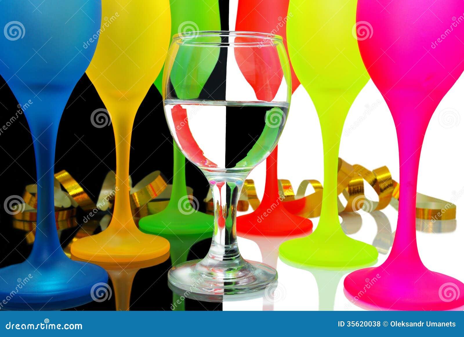 verres de vin color s sur un backgrou noir et blanc photos libres de droits image 35620038. Black Bedroom Furniture Sets. Home Design Ideas