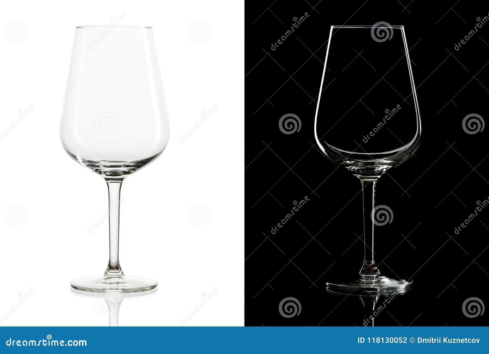Verres de vin grands vides sur le fond noir et blanc