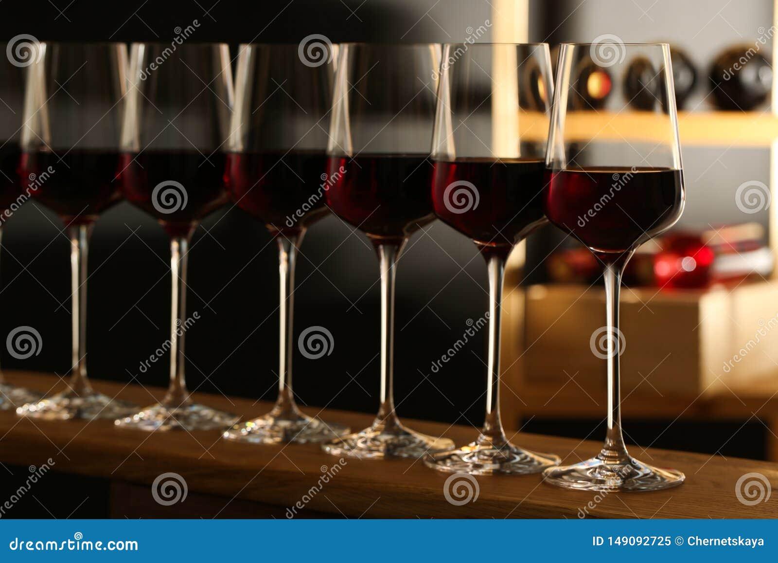 Verres de vin rouge dans la cave
