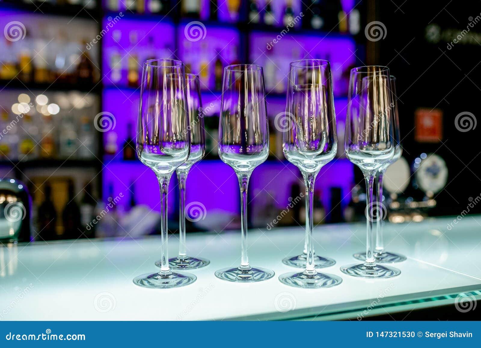 Verres de vin vides sur la table de barre dans le restaurant Arrangement de Tableau pour la c?l?bration Service de banquet, nourr