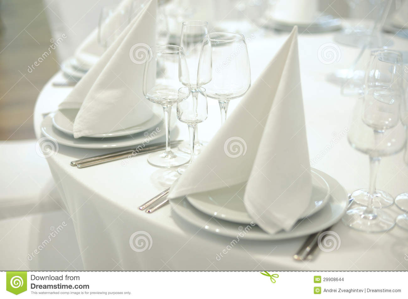 Disposition de tableau images stock image 29908644 for Disposition des verres sur la table