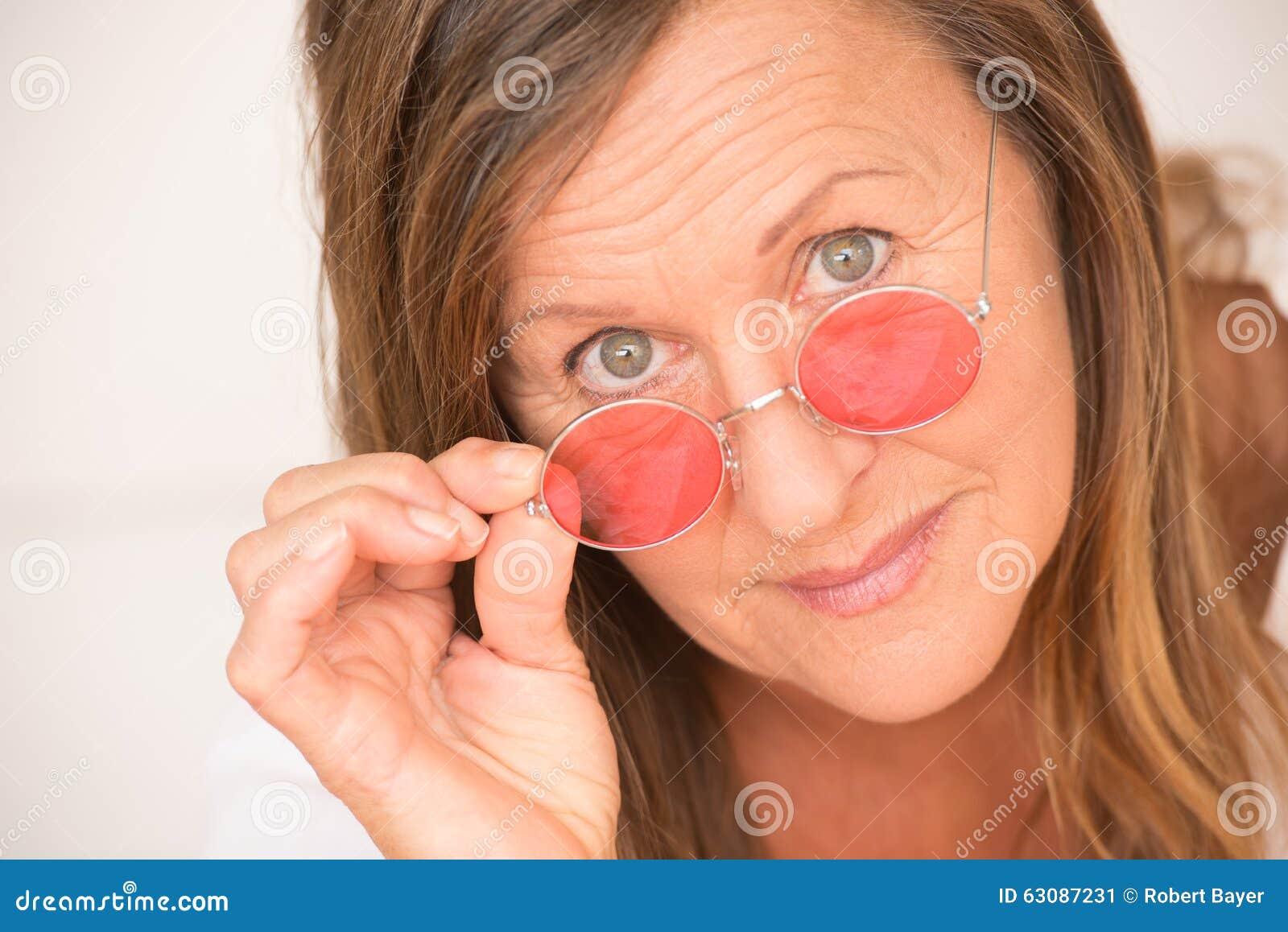 Download Verres Mûrs Sûrs De Rouge De Femme Image stock - Image du facial, amical: 63087231