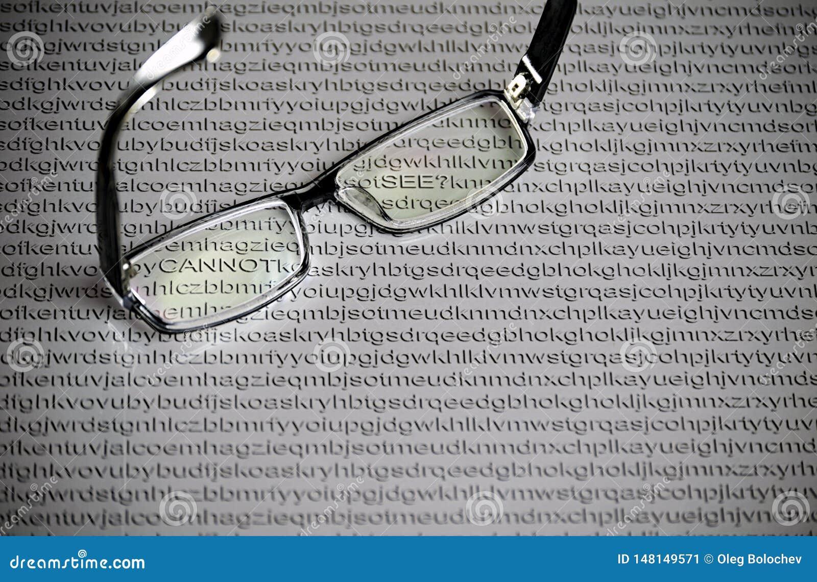 Verres noirs sur un fond de livre blanc avec les lettres aléatoires de l alphabet anglais, mots cachés
