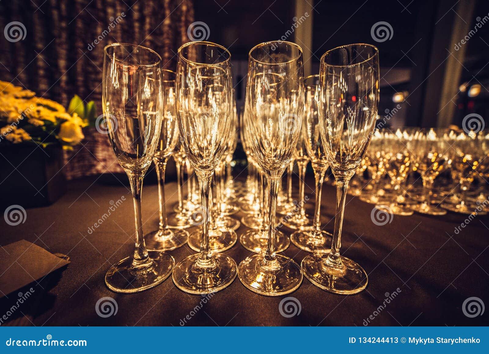 Verres vides de champagne dans la rangée sur égaliser la partie d événement attendant les invités