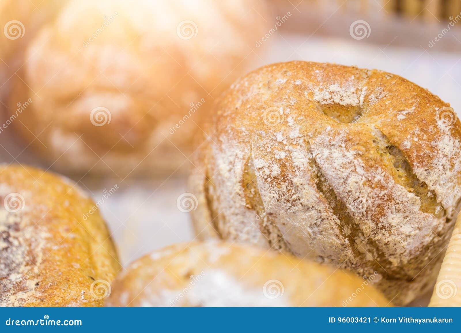 Vers bak brood in de bakkerij kijken smakelijke goede zuivelfabriek