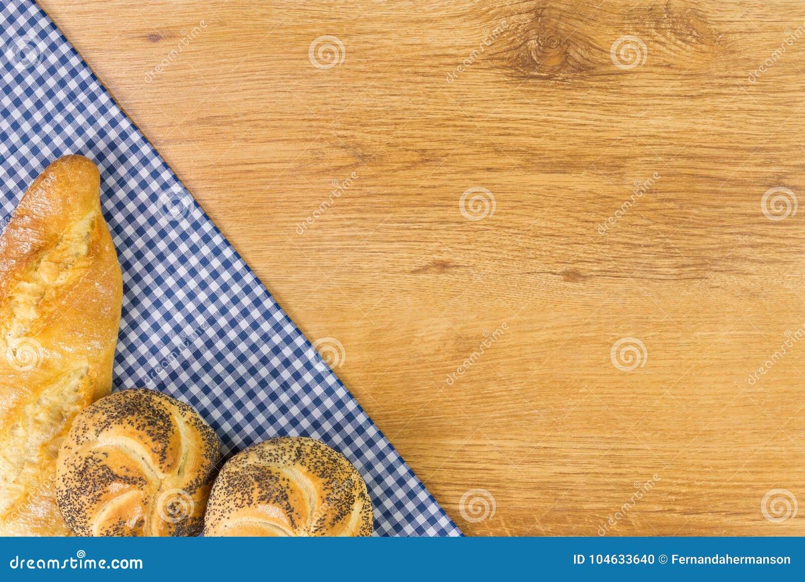 Download Vers Brood Op Houten Lijst Hoogste Mening Met Ruimte Voor Uw Tekst Stock Foto - Afbeelding bestaande uit bloem, keuken: 104633640