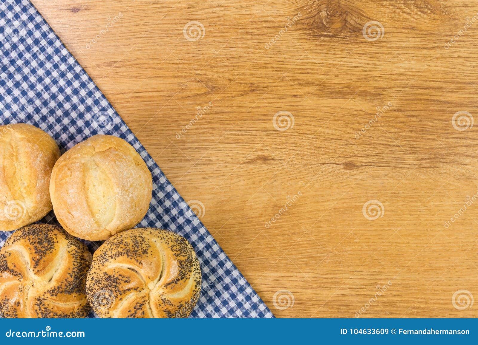 Download Vers Brood Op Houten Lijstachtergrond Stock Afbeelding - Afbeelding bestaande uit broodjes, ontbijt: 104633609