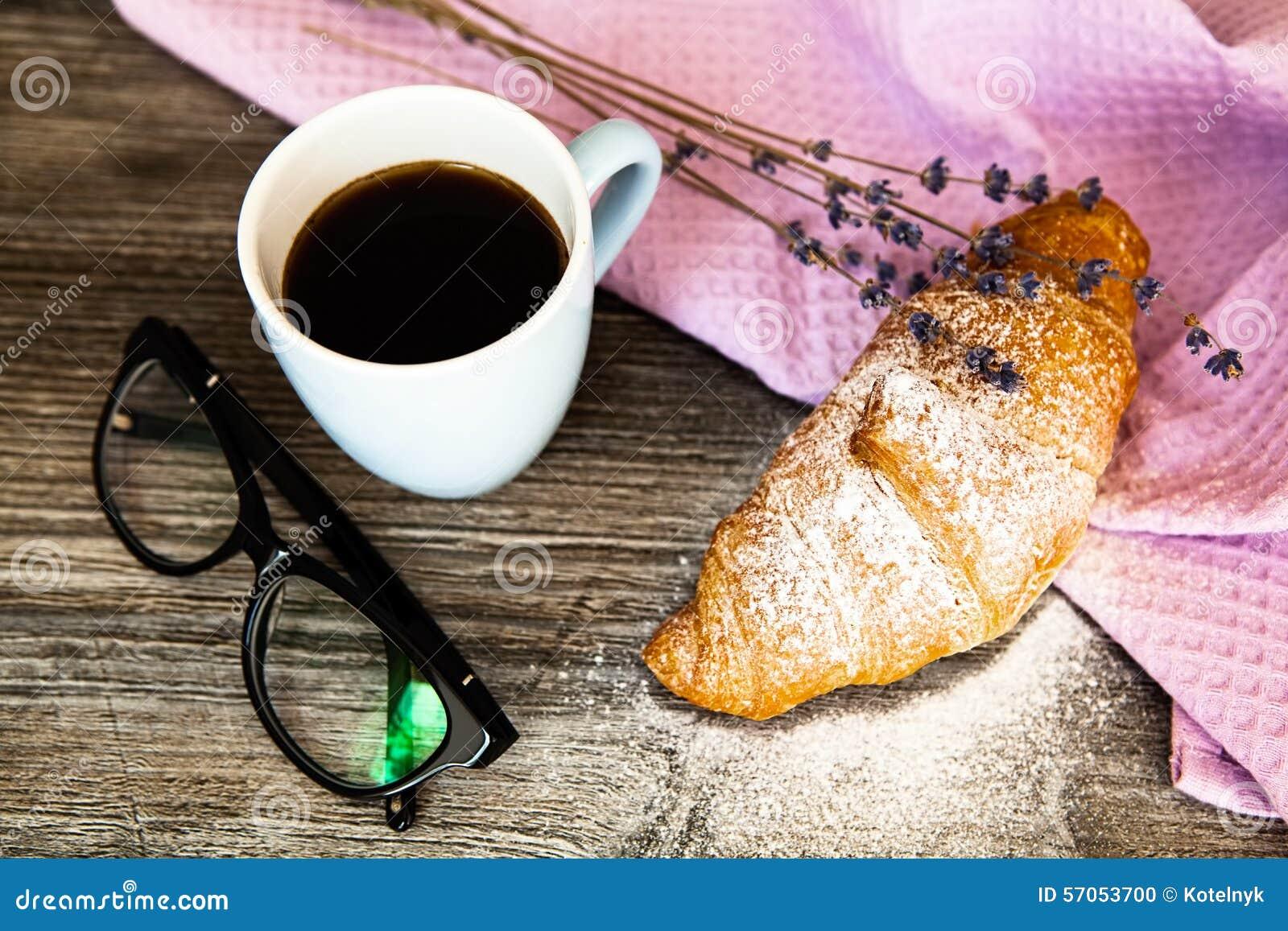 Vers croissant met kop van hete koffie