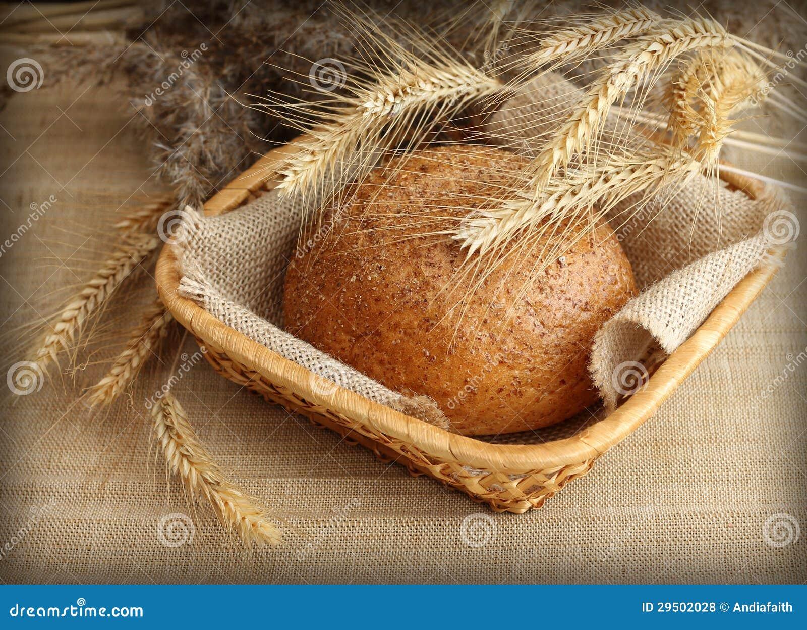 Vers eigengemaakt roggebrood in mand