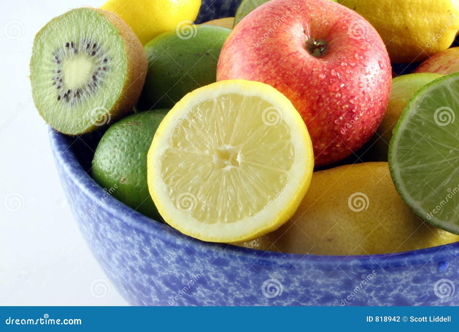 Vers fruit in een blauwe kom