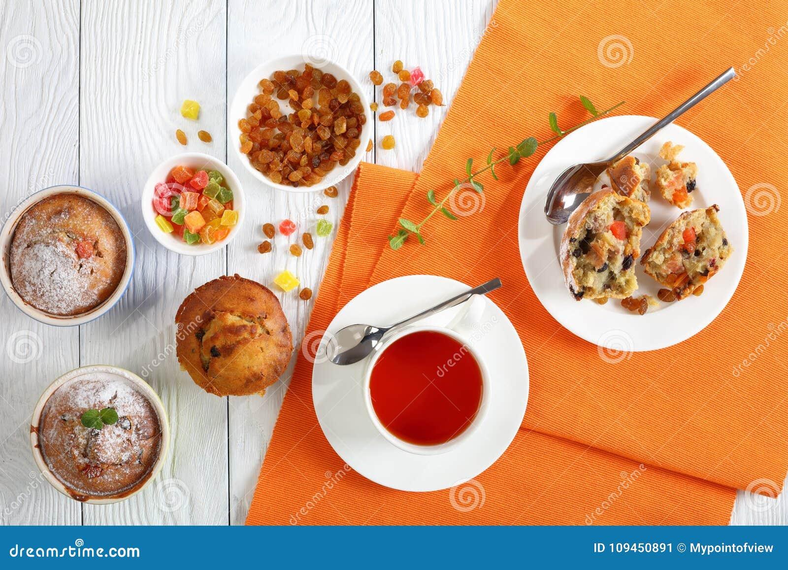 Vers gebakken Muffins en kop thee