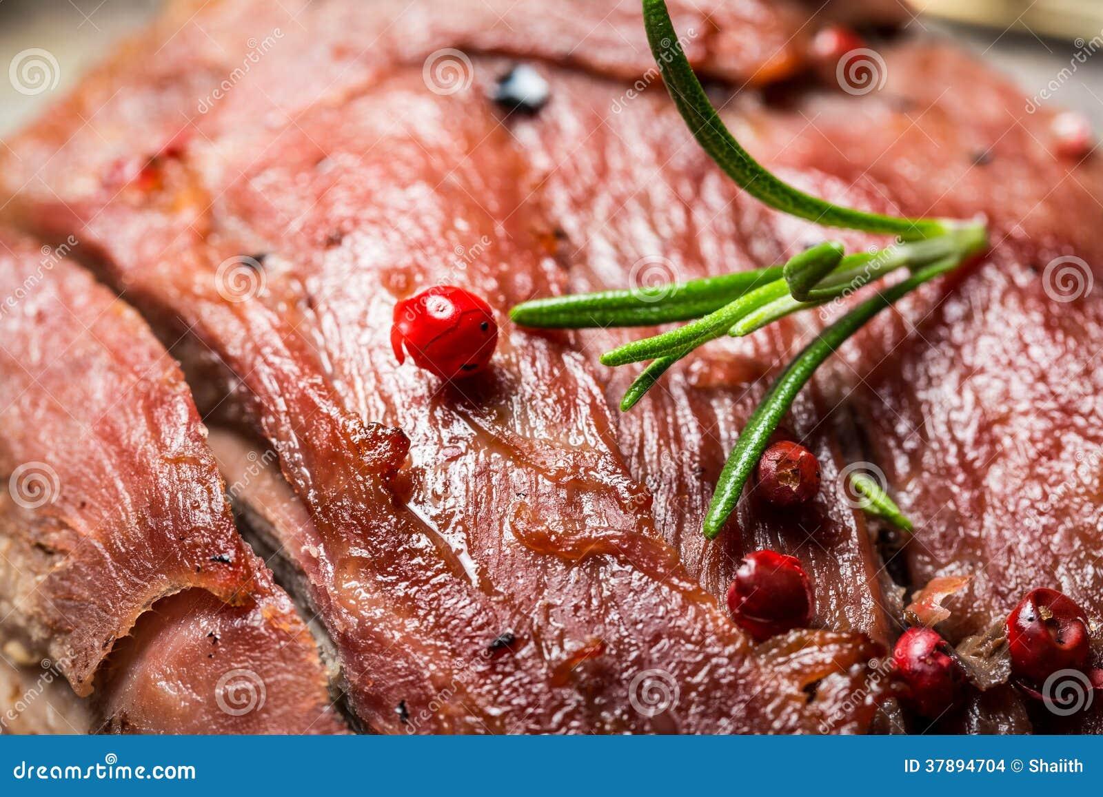 Vers gebakken vlees met rozemarijn
