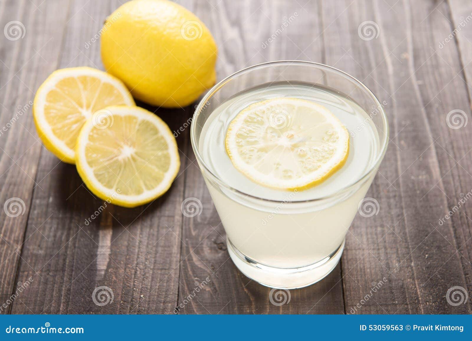 Vers gedrukt citroensap in glas