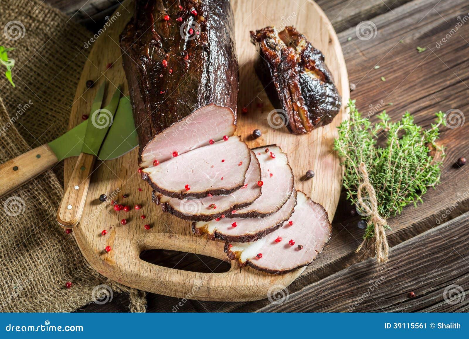 Vers gerookte ham in een landelijk rookhok