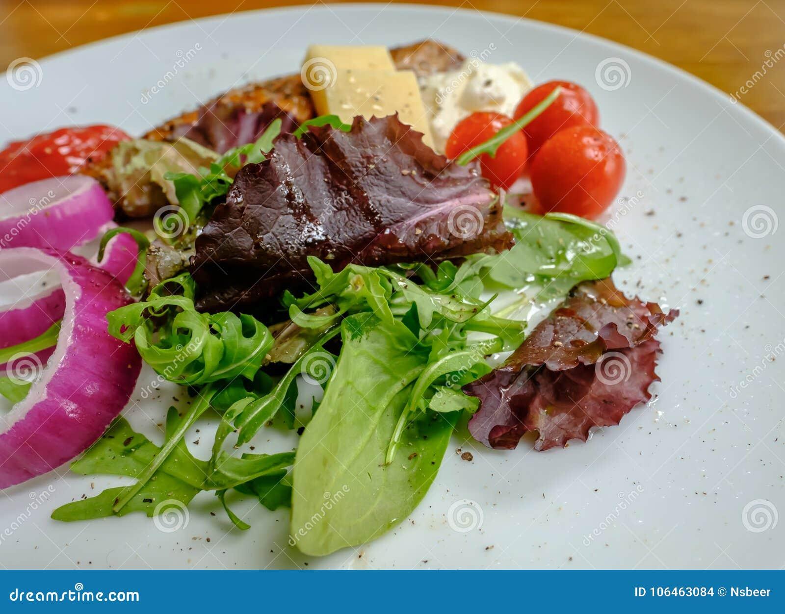 Vers het voorbereide koude die salade bestaan uit van olievissen en de zomergroenten op een houten lijst worden gezien