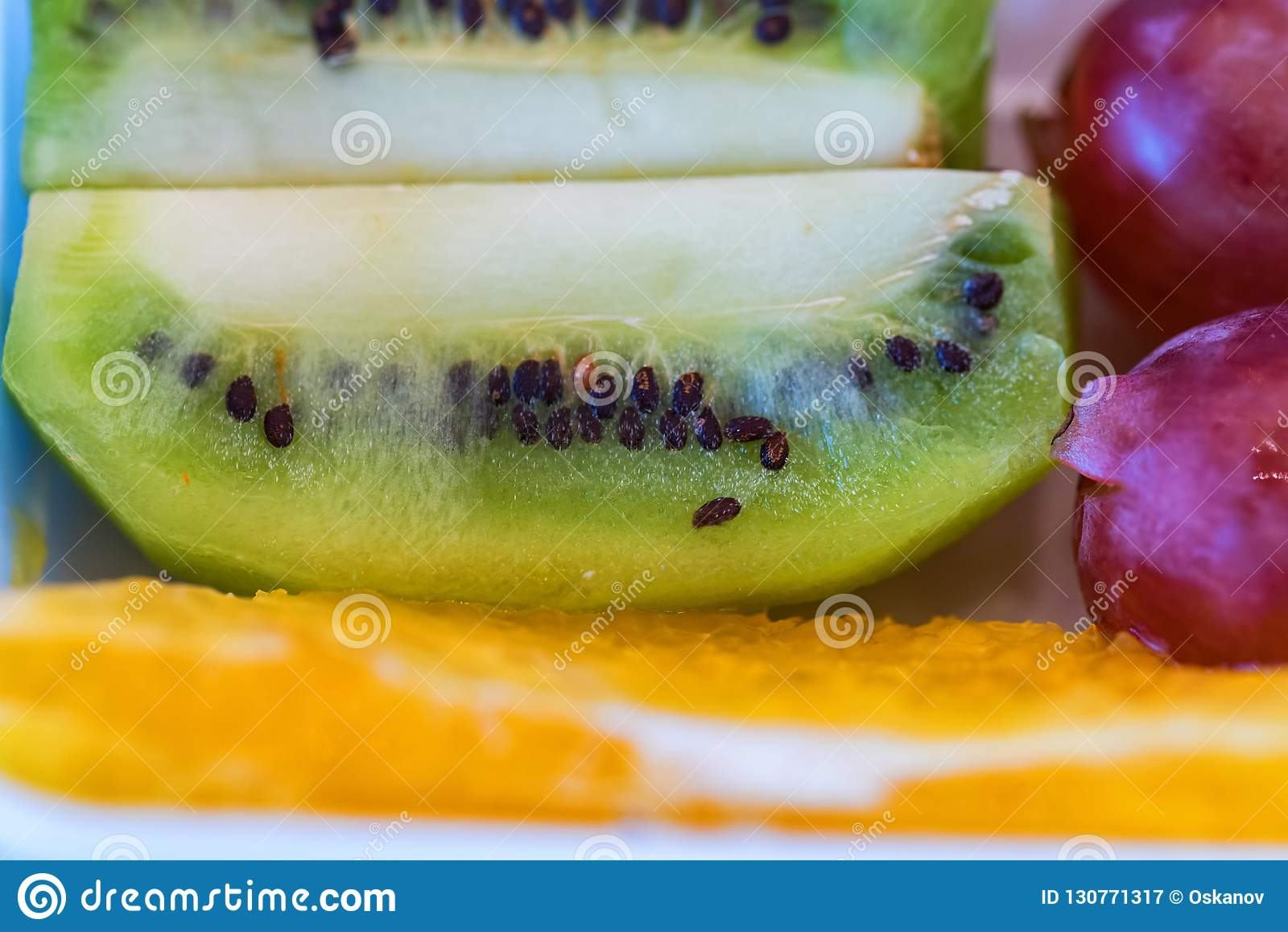 Vers kiwifruit, druiven en oranje dichte omhooggaand