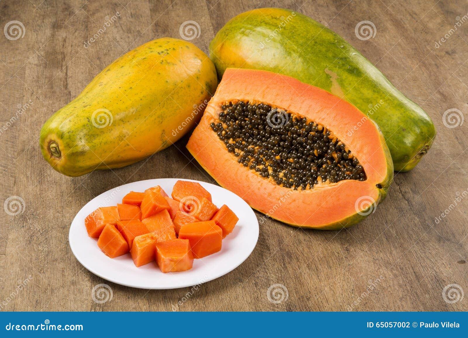 Vers mamaofruit van de besnoeiings sappig tropisch papaja met zaden in Brazilië