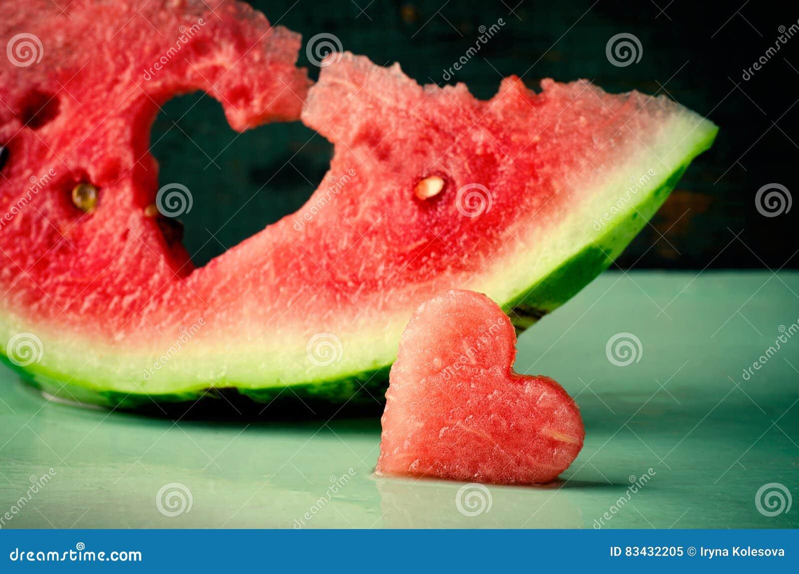 Vers sappig watermeloenhart bij turkooise houten achtergrond Heilige Valentine, de kaart van de liefdegroet