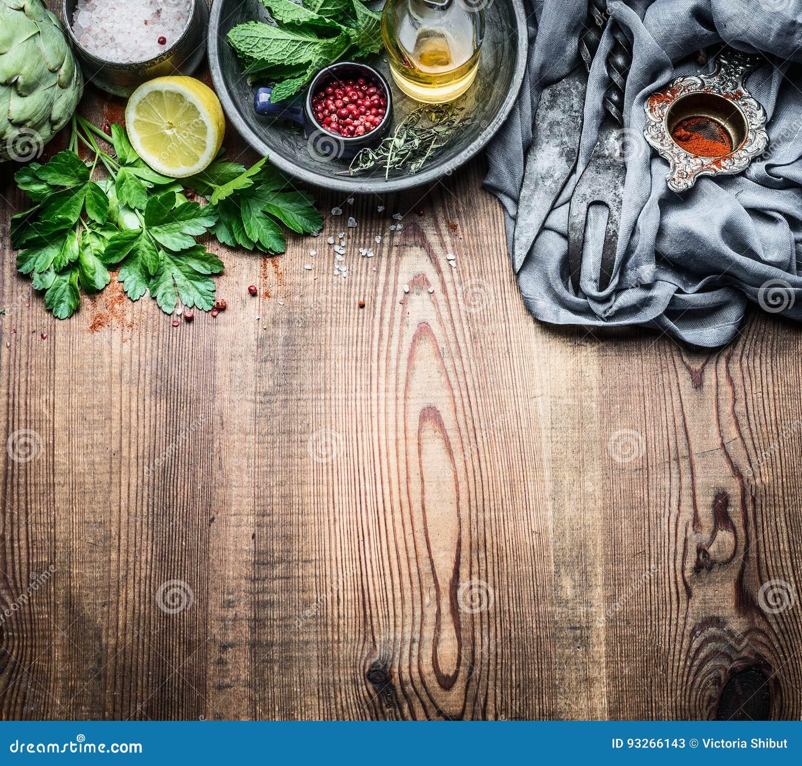 Vers specerij en kruidenvoedsel die op de rustieke achtergrond van de keukenlijst, kokende voorbereiding plaatsen