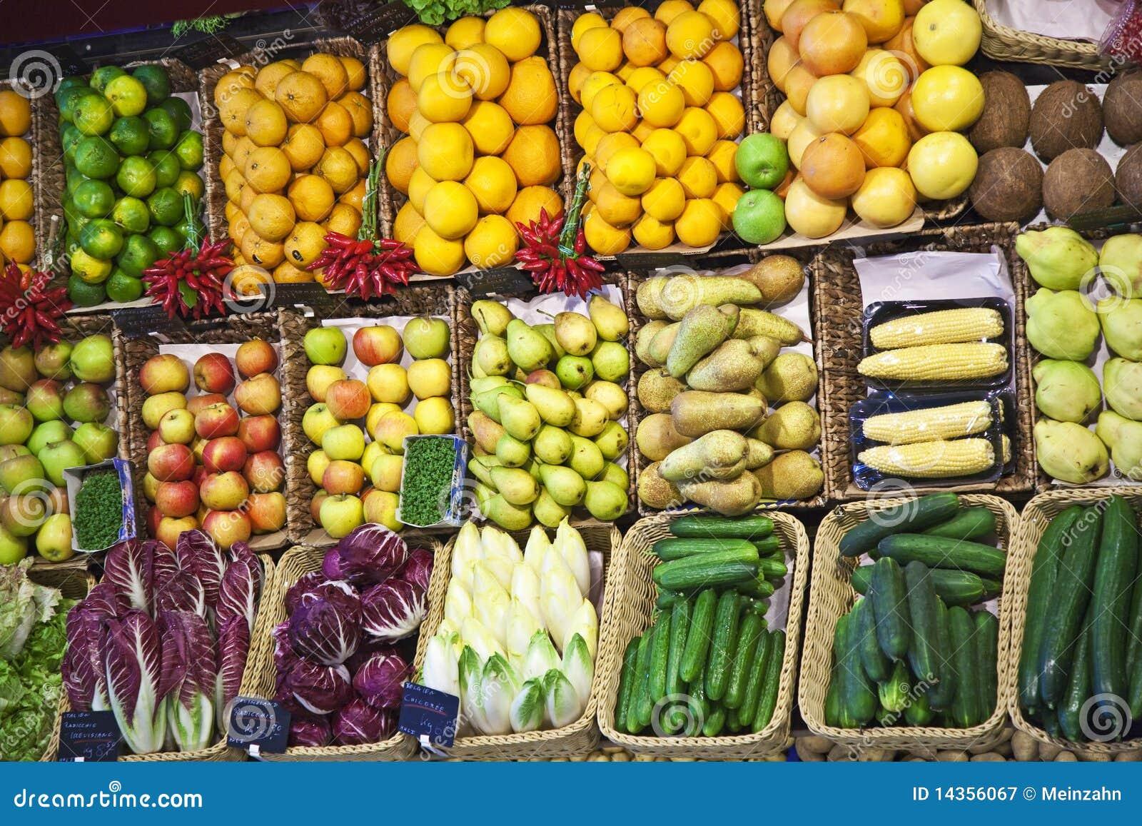 Vers voedsel dat bij de markt wordt aangeboden