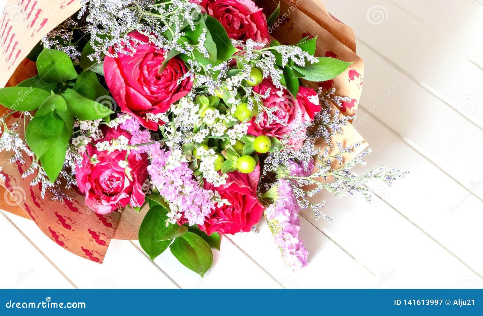 Vers Weelderig Boeket Van Kleurrijke Bloemen Op Witte