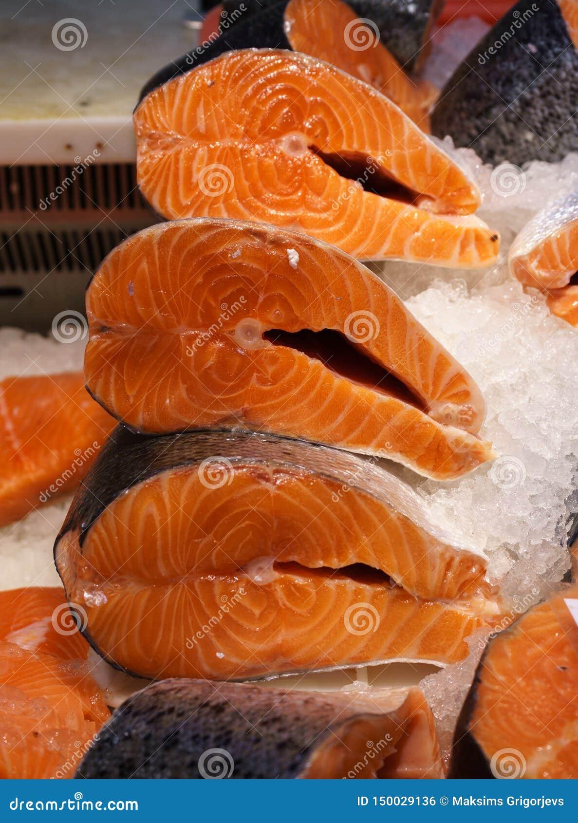 Vers zalmlapje vlees voor verkoop in het ijs Rode vissen Showcase van een vissenopslag