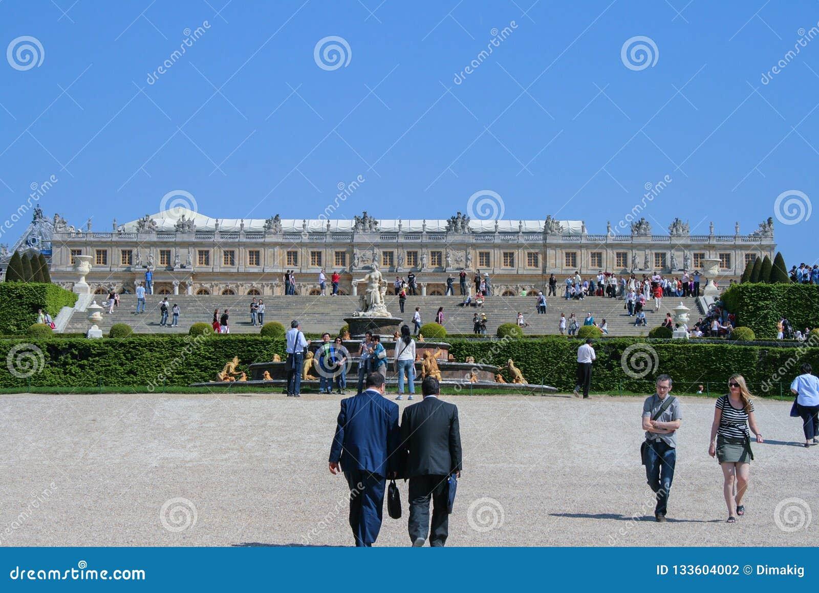 05 05 2008, Versailles, France Touristes marchant autour du parc sur le fond du palais