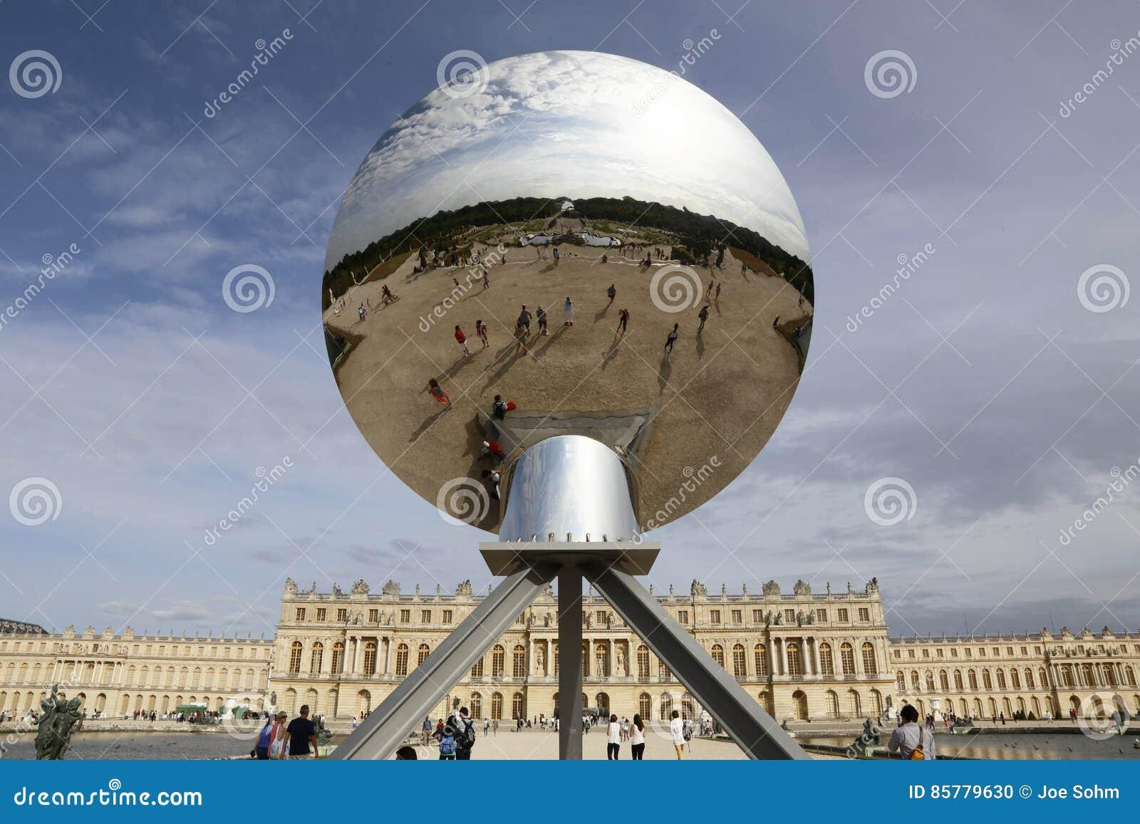 VERSAILLES, FRANKREICH - 7. JUNI: Himmel-Spiegel, die Arbeit Anish Kapoor des Künstlers gekennzeichnet an Chateaude Versailles am