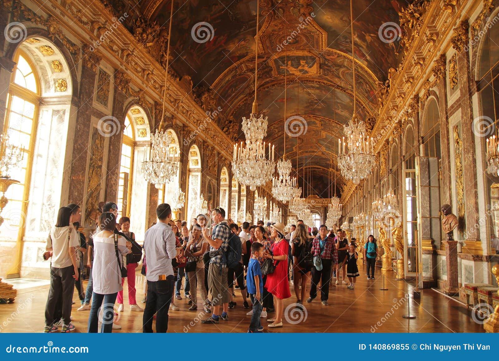 Versailles Frankrike - Augusti 27, 2017: Besökare är besöka och upptäcka Hallen av speglar - det centrala gallerit av slotten av