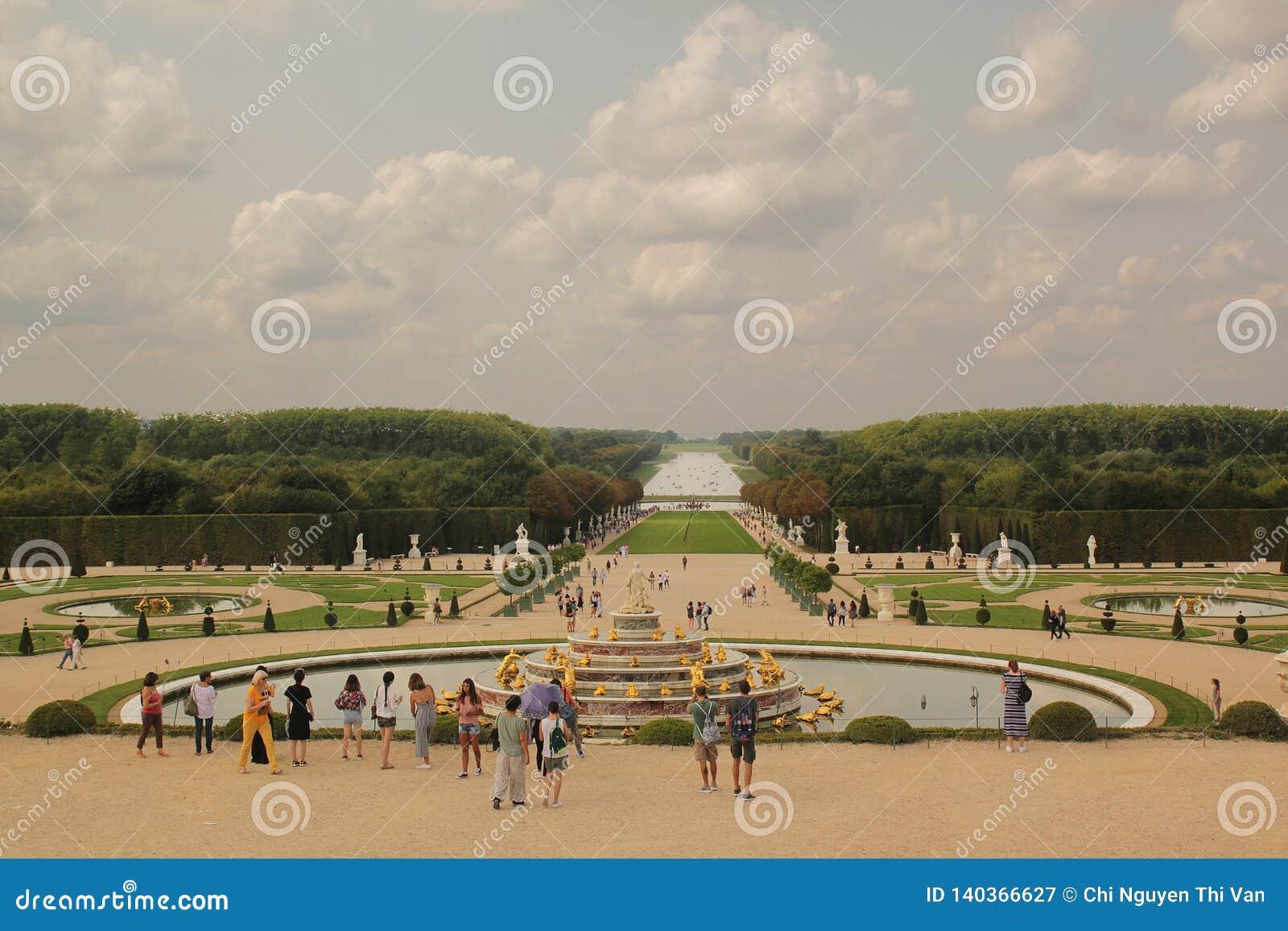 Versailles, Paris, Frankreich - August 26,2017: Schöne große Ansicht des Palastes an einem Sommertag