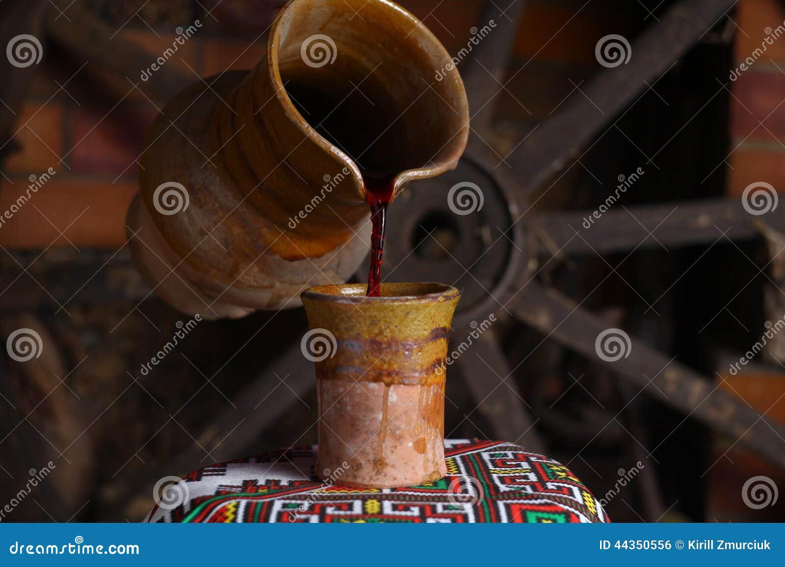 Versamento tradizionale del vino