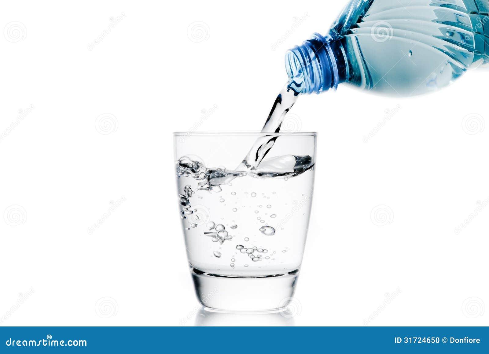 Versant un verre avec la cuvette de l 39 eau peu de bouteille - Bouteille d eau en verre ikea ...