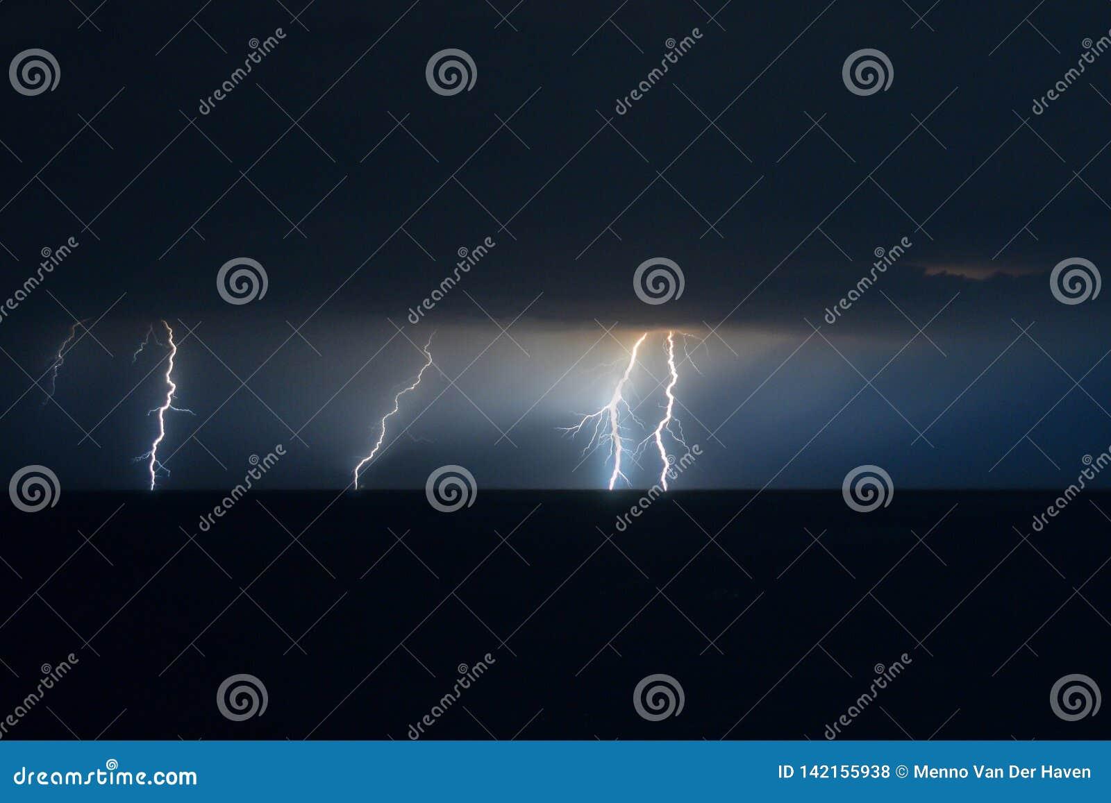 Verscheidene bliksemstakingen naast elkaar over het Adriatische Overzees