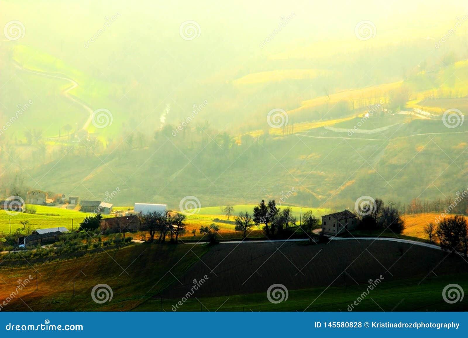 Verscheidene huizen op de gebieden met een schilderachtige mening op de achtergrond