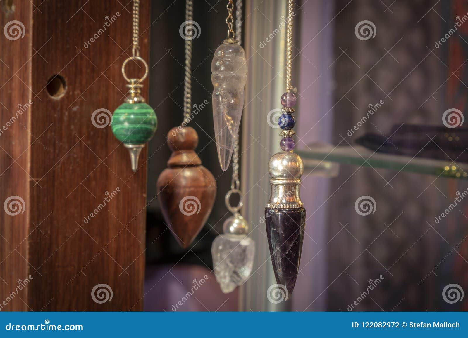 Verscheidene Mooi Crystal Pendulums Hanging op Vertoning