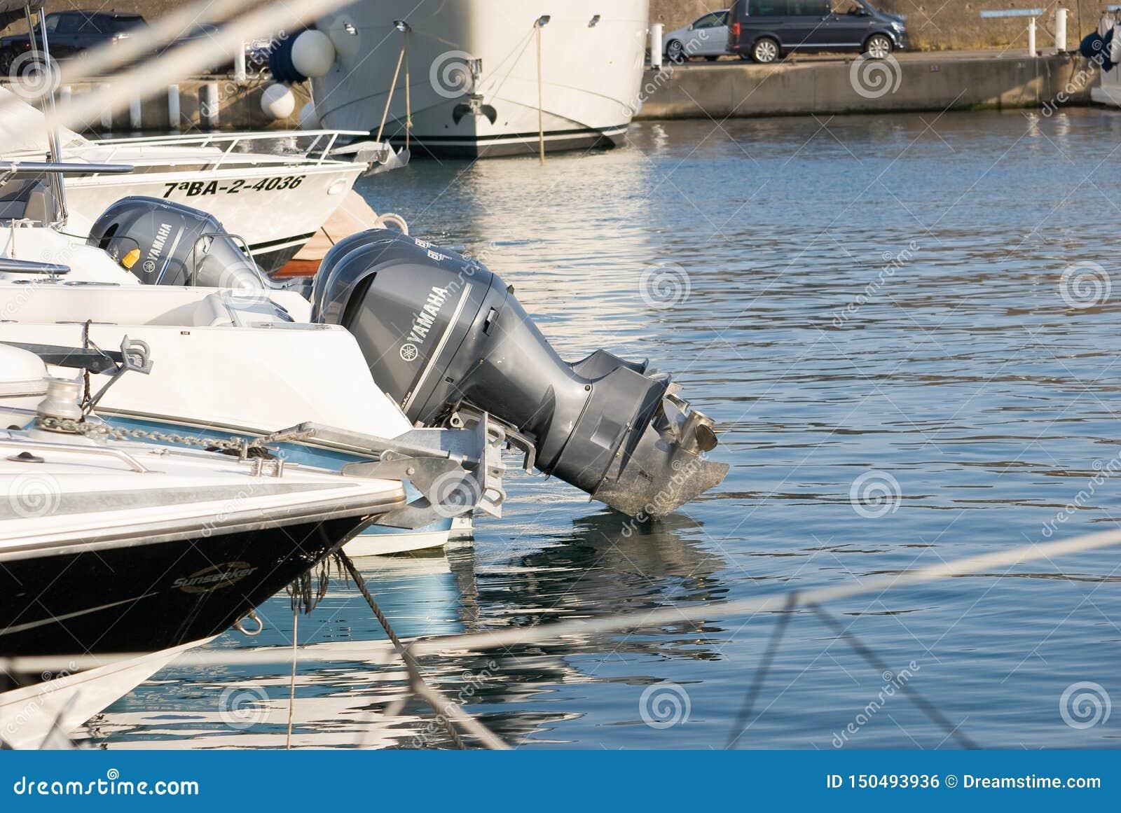 Verscheidene motorboten legden bij het dok vast Yatchs in jachthaven