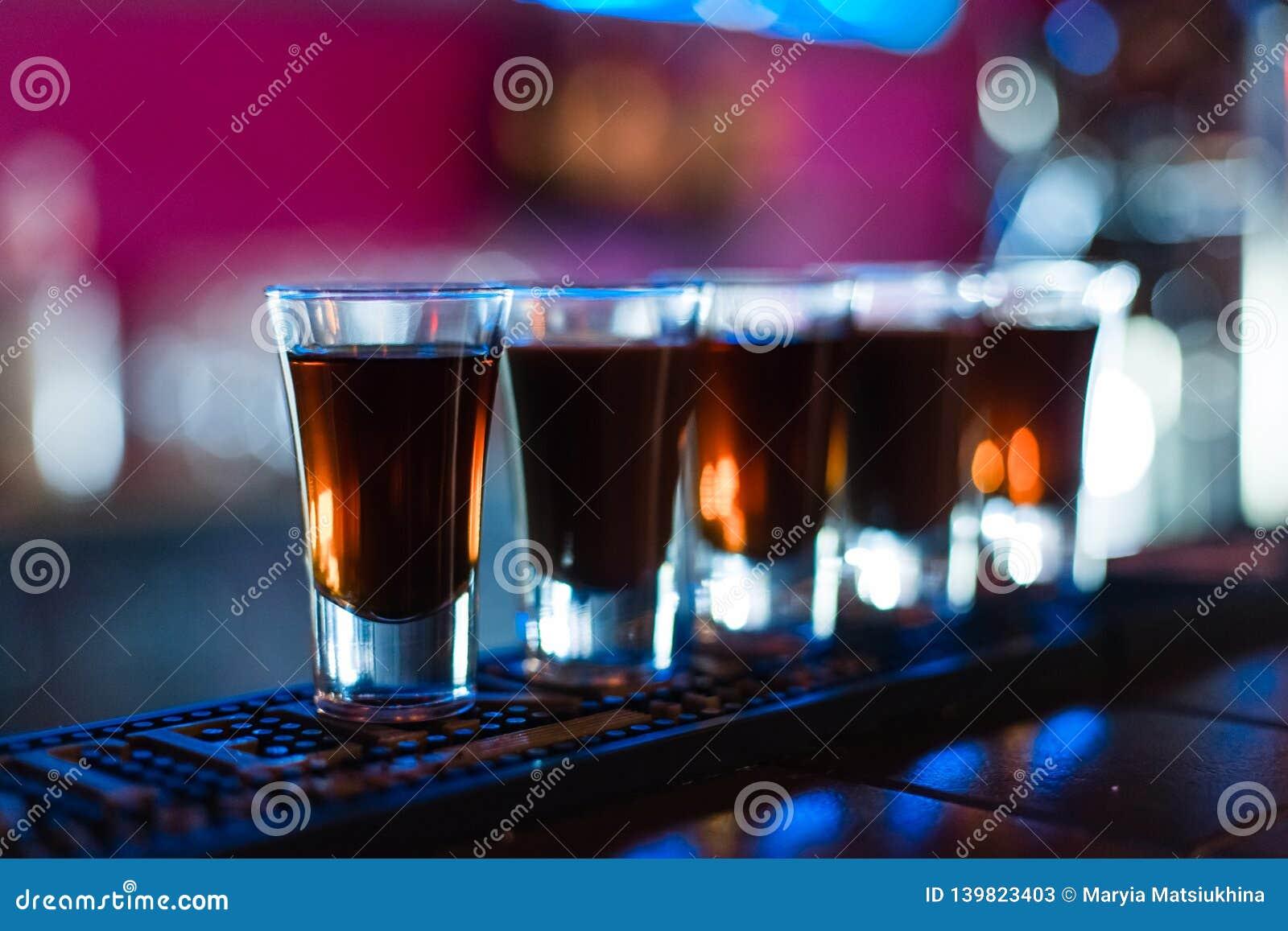 Verscheidene schoten van verschillende dranken bij een partij in een nachtclub