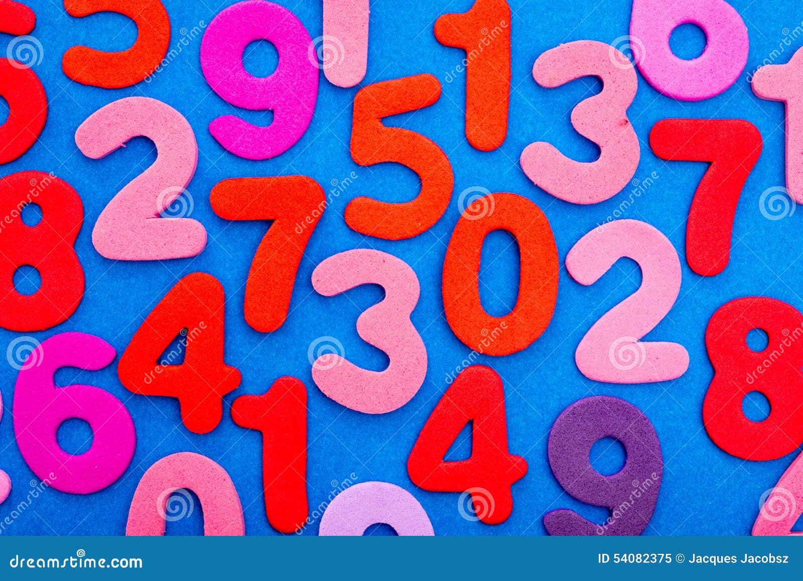 Verscheidenheid van Aantallen in rood en roze op blauw