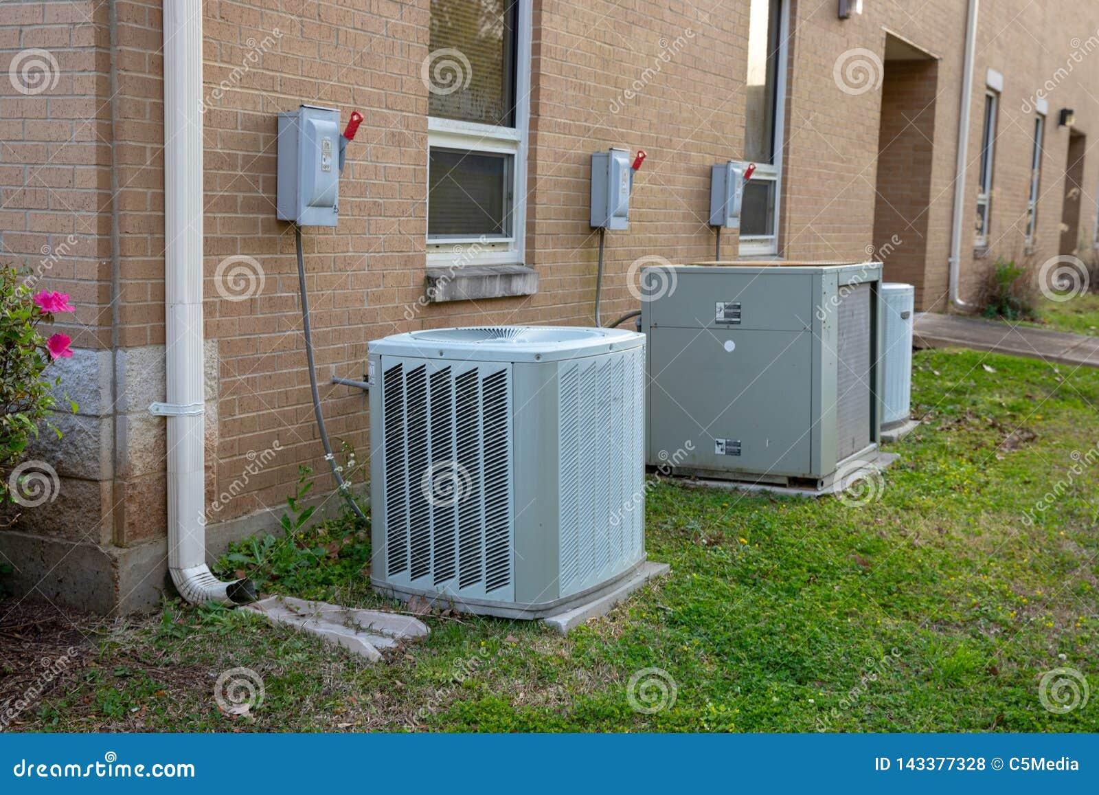Verscheidenheid van airconditionereenheden buiten de commerical bouw