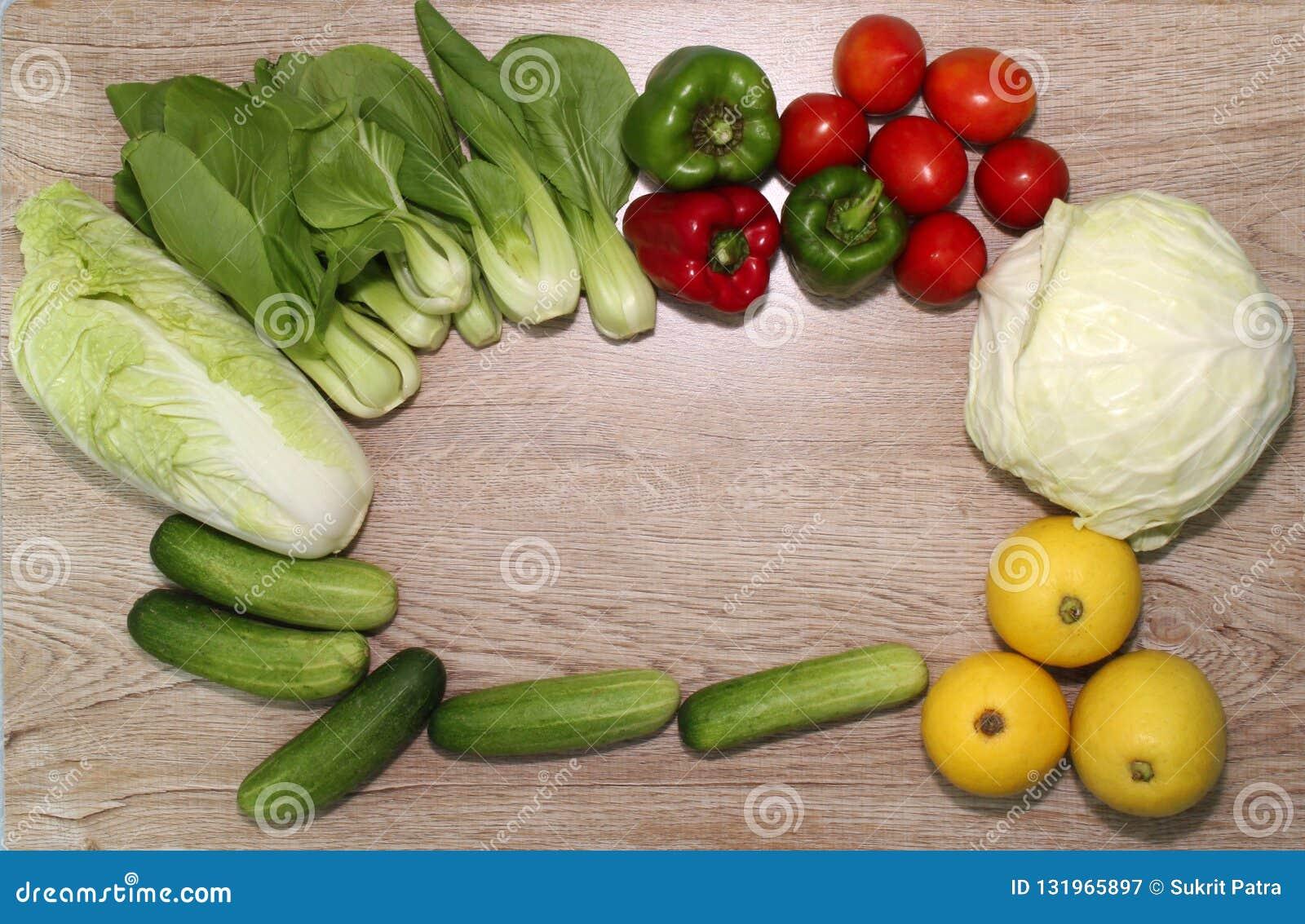 Verscheidenheid van groenten op een houten geïllustreerde raadsachtergrond en een mooie spar,