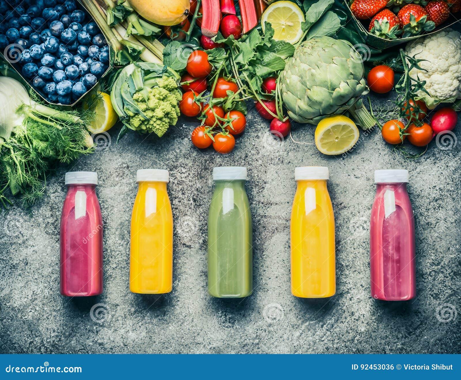 Verscheidenheid van kleurrijke Smoothies of de drankendranken van sappenflessen met diverse verse ingrediënten: vruchten, bessen