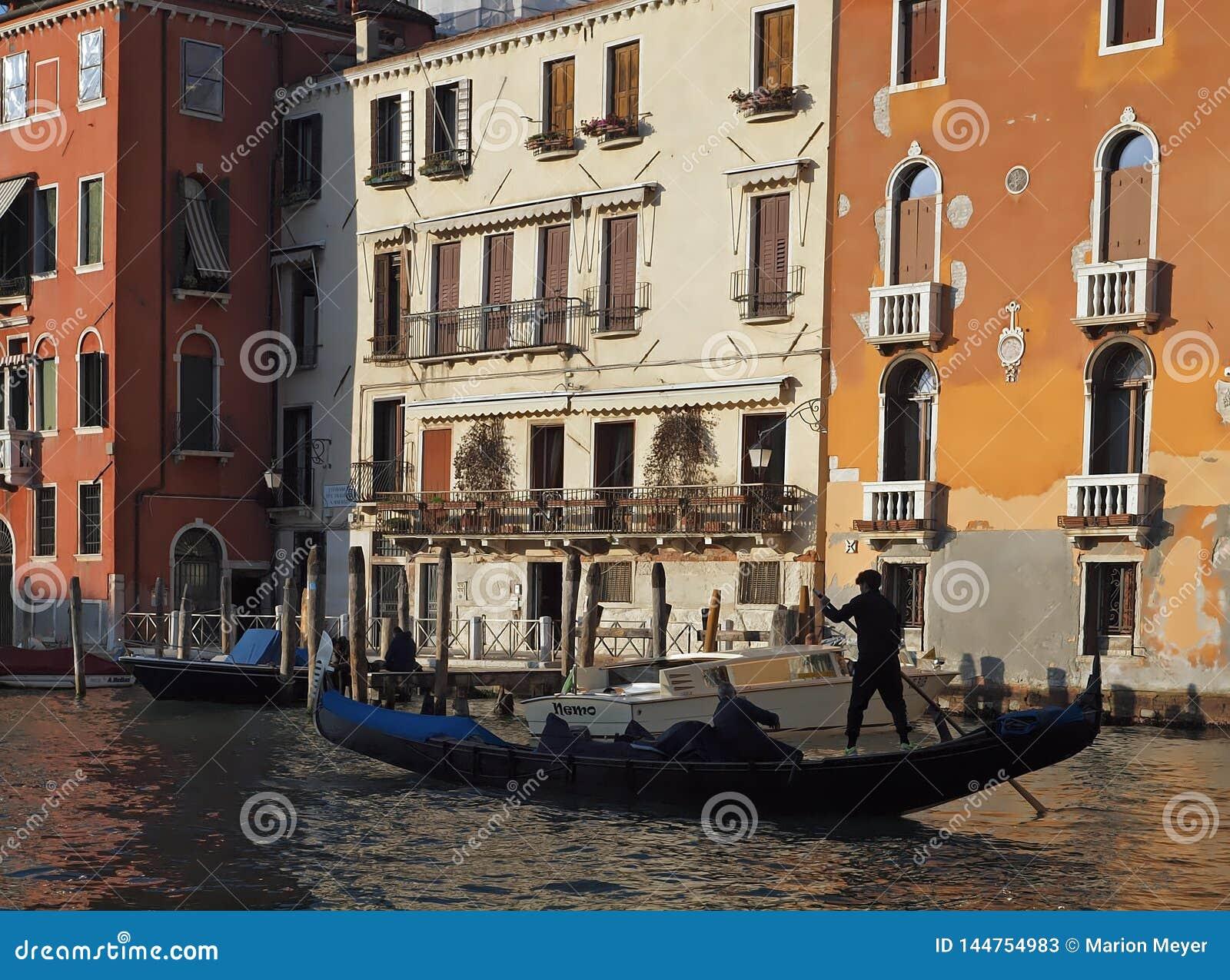 Verschepend over Canale Grande, mooie architectuur en Gondels in Venetië