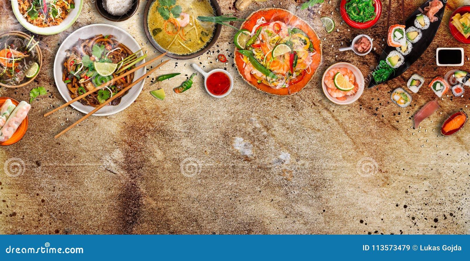 Verschieden von den asiatischen Mahlzeiten auf rustikalem Hintergrund, Draufsicht, Platz für Text