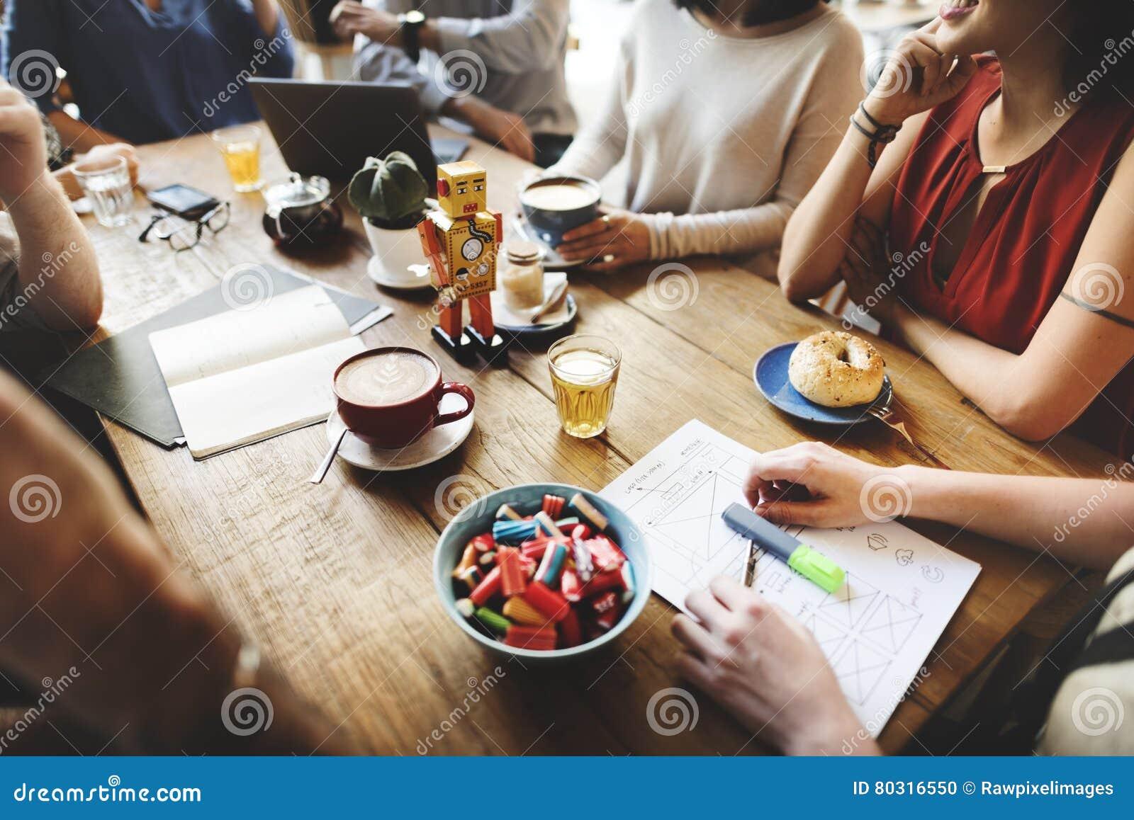Verschiedenartigkeits-Freunde, die Kaffeestube-Brainstorming-Konzept treffen