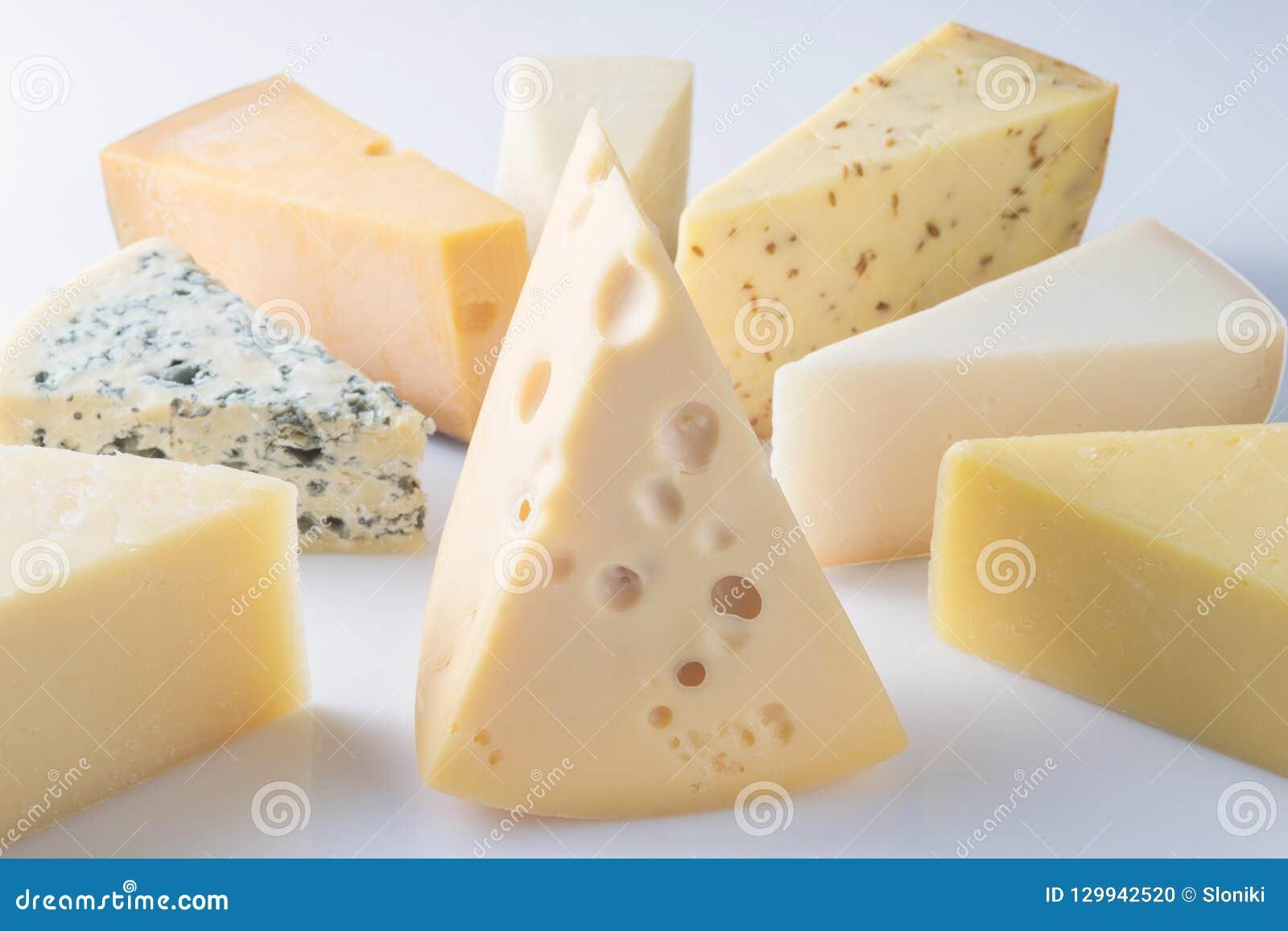 Verschiedene Arten von den Käsen lokalisiert auf weißem Hintergrund