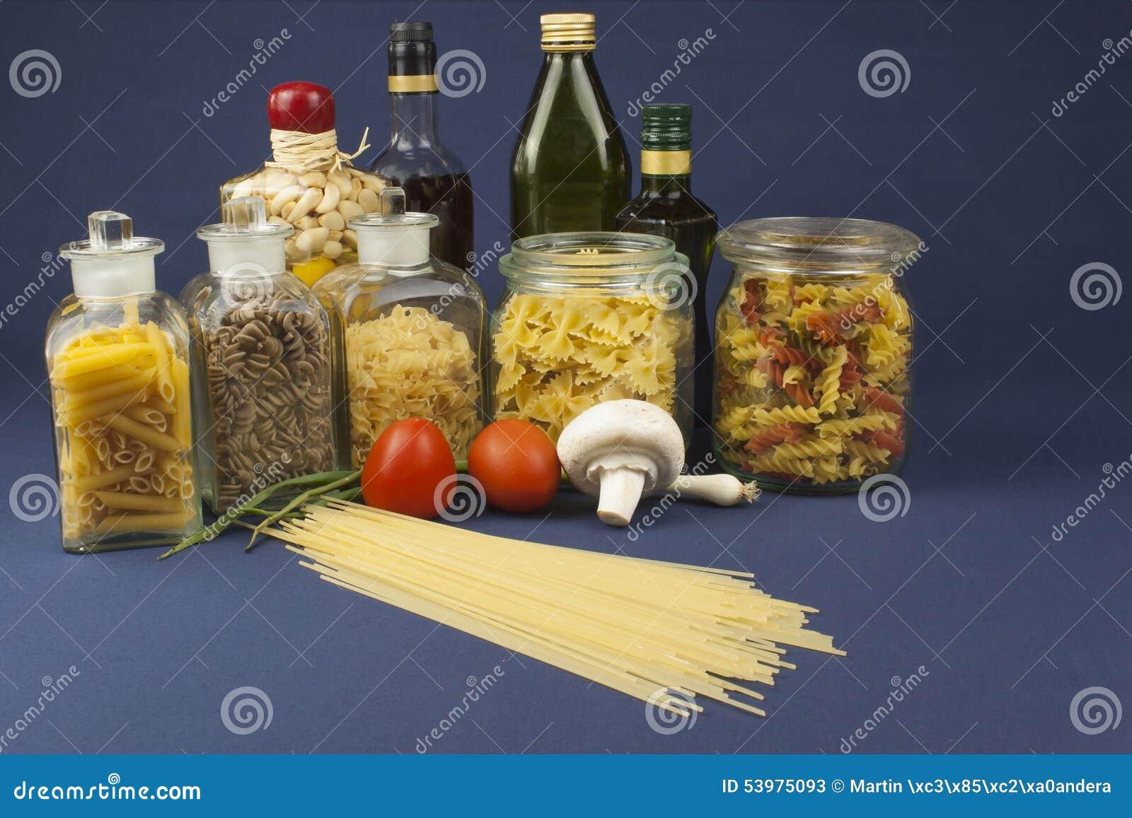 Verschiedene Arten von Teigwaren auf dem Tisch