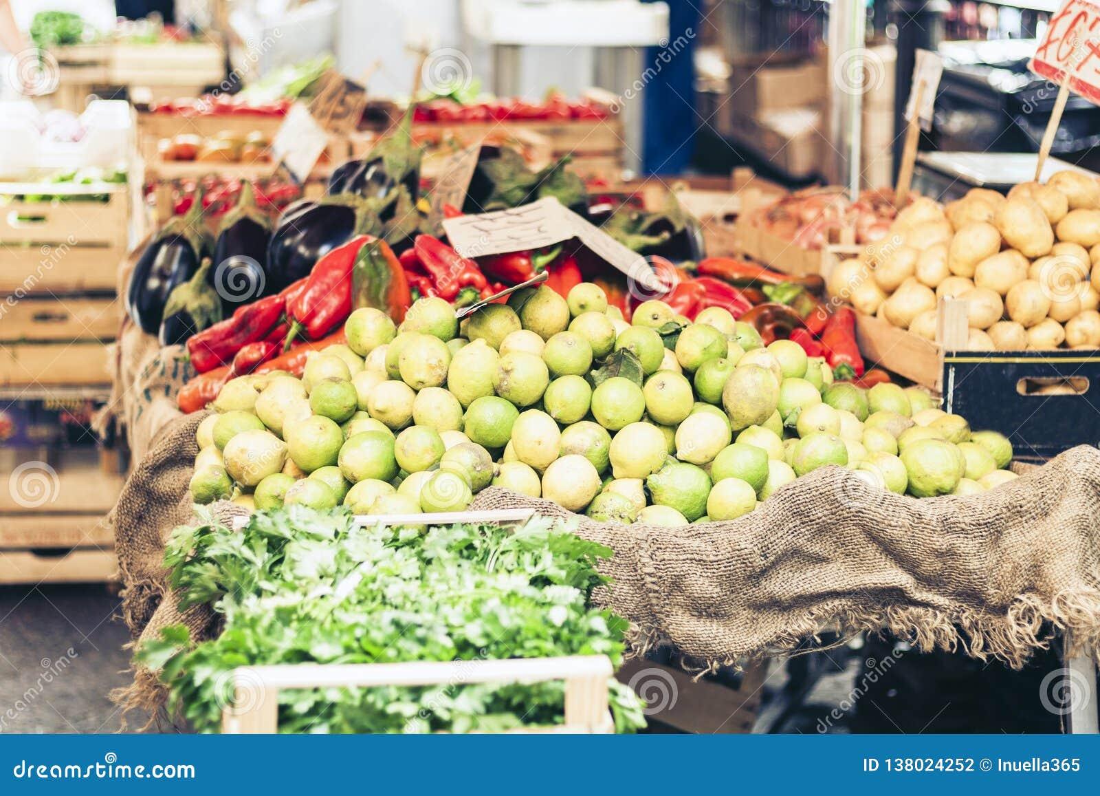 Verschiedene bunte frische vegetablesand Früchte im Markt von Catania, Sizilien, Italien